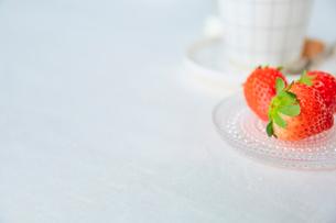 白いリネンのクロスの上のカップとイチゴの写真素材 [FYI02933762]