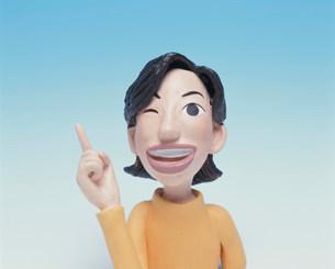 人差し指を立てる女性のクラフトの写真素材 [FYI02933764]