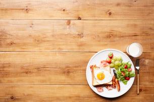 木天板の上の朝食プレートの写真素材 [FYI02933766]