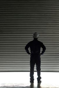 シャッターの前に立つ男性の写真素材 [FYI02933767]