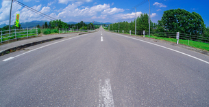 北海道 十勝平野 点景  青空と雲と直線道路 の写真素材 [FYI02933781]