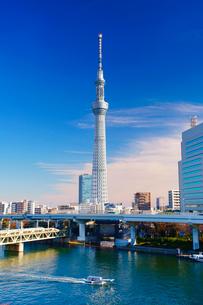 東京スカイツリーと隅田川とファスナーの船の写真素材 [FYI02934314]