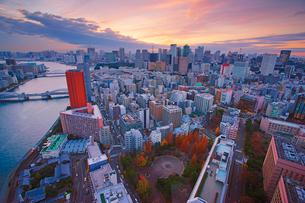 明石町から望む西南西方向のビル群と隅田川と夕焼けの写真素材 [FYI02934323]