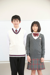 ホワイトボードと高校生男女の写真素材 [FYI02934417]