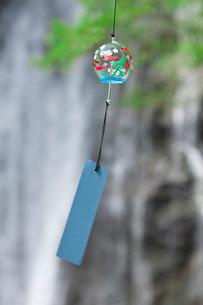 滝と新緑と風鈴の写真素材 [FYI02934425]