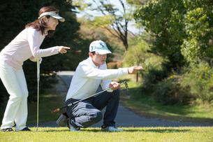 ゴルフをする中高年夫婦の写真素材 [FYI02934452]