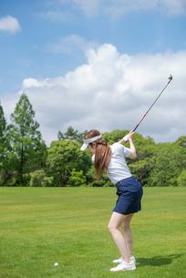 ゴルフをする20代女性の写真素材 [FYI02934459]