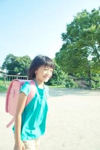 公園を歩く小学生の女の子の写真素材 [FYI02934471]
