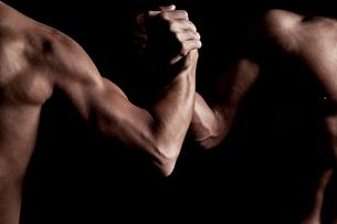 筋肉質の2人の男性の上半身の写真素材 [FYI02934501]
