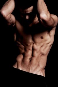 トレーニングする男性の上半身の写真素材 [FYI02934502]