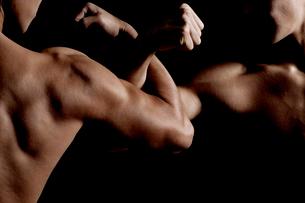 腕組みする筋肉質の2人の男性の写真素材 [FYI02934503]