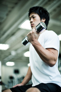 ジムでトレーニングする男性の写真素材 [FYI02934505]