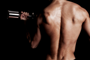 トレーニングする男性の後ろ姿の写真素材 [FYI02934511]