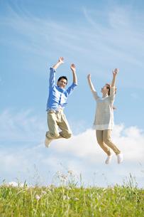 ジャンプする夫婦の写真素材 [FYI02934512]