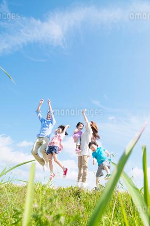 ジャンプする日本人家族の写真素材 [FYI02934530]