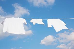青空と洗濯物の写真素材 [FYI02934584]