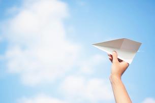 紙飛行機を持つ手の写真素材 [FYI02934591]