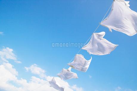 青空と洗濯物の写真素材 [FYI02934599]