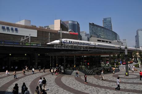 東海道新幹線とビル群の写真素材 [FYI02934605]