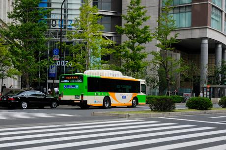 丸の内オアゾと都バスの写真素材 [FYI02934795]