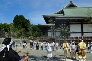 成田山新勝寺,火渡り修行の写真素材 [FYI02934870]