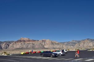 地層と色々な色の岩山が並ぶレッドロックキャニオン国立保護区の写真素材 [FYI02935090]