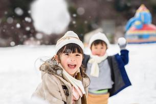 雪合戦をする子どもの写真素材 [FYI02935096]