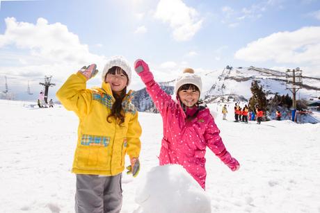 雪遊びをする子供の写真素材 [FYI02935099]