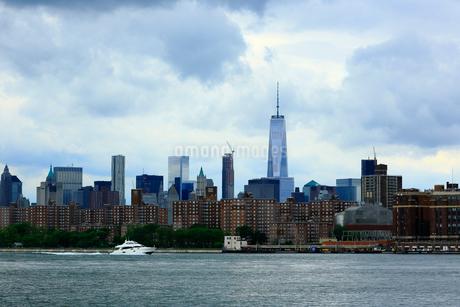 ブルックリンから望むイーストリバーとマンハッタンの写真素材 [FYI02935101]