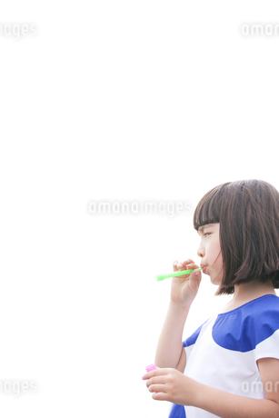 シャボン玉で遊ぶハーフの女の子の写真素材 [FYI02935120]