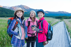 湿原でトレッキングを楽しむ日本人女性の写真素材 [FYI02935125]