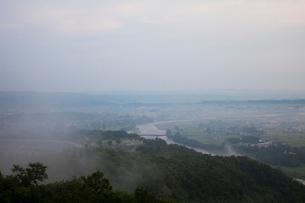 朝靄の信濃川と小千谷市街の写真素材 [FYI02935223]
