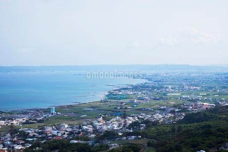 中城城跡より望む市街地と海の写真素材 [FYI02935254]