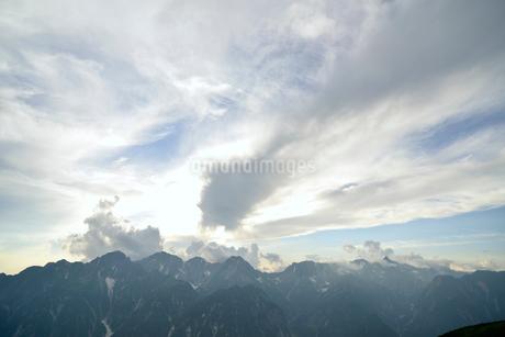 穂高連峰と空と雲の写真素材 [FYI02935339]