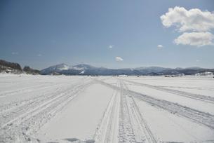 凍った桧原湖と磐梯山の写真素材 [FYI02935344]