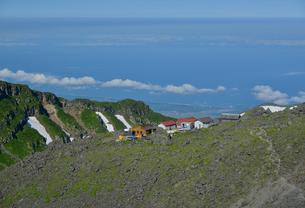 鳥海山の頂上小屋の写真素材 [FYI02935349]