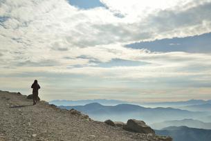 登山道を歩く人の写真素材 [FYI02935358]