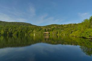 白駒池と白駒荘の写真素材 [FYI02935361]