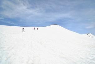 山頂を目差して雪原を歩く登山者の写真素材 [FYI02935375]
