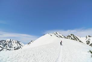山頂に向けて登る登山者の写真素材 [FYI02935387]