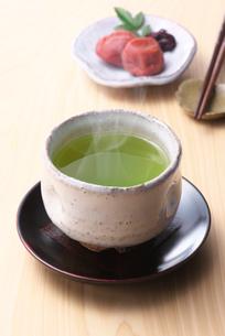 お茶と梅干しの写真素材 [FYI02935434]