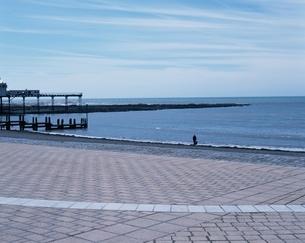 石畳の広場から望む水平線の写真素材 [FYI02935484]