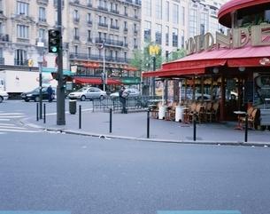 交差点のオープンカフェの写真素材 [FYI02935538]