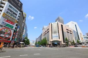 西新宿一丁目交差点の写真素材 [FYI02935581]