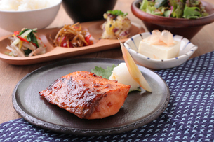 サーモンの西京味噌焼き定食の写真素材 [FYI02935611]