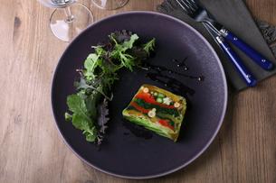 季節野菜のテリーヌの写真素材 [FYI02935621]