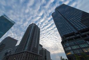 鱗雲と丸ビルの写真素材 [FYI02935645]