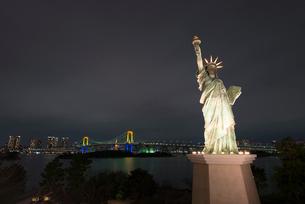 自由の女神とレインボーブリッジの写真素材 [FYI02935649]