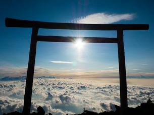 富士山頂からのご来光と鳥居と雲海の写真素材 [FYI02935651]