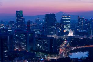 富士山と国会議事堂の夜景の写真素材 [FYI02935660]